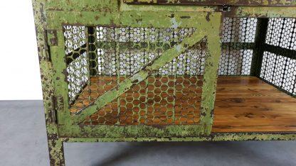 Vintage Werkbank Stahl / Holz Kombination in grün. Sicht auf linke Tür mit Lochblechfüllung