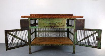 Werkbank Holz / Stahl grün lackiert, Vintage Optik. Sicht von vorne bei geöffneten Flügeltüren.