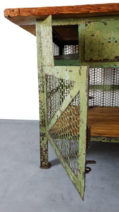 Vintage Werkbank grün aus Stahl / Lochblech / Holz