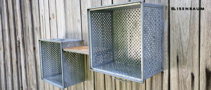 Zwei Kisten aus Lochblech mit Regalbrett zu Regal verbunden