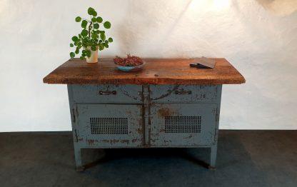 Werkbank aus Stahl, grau lackiert mit Holztischplatte und Deko